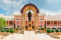 Schönes Gebäude Saranrom-Palastes in der Orange mit einem Monument herein Lizenzfreies Stockfoto