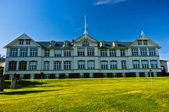 Schönes Gebäude von Akureyri Junior College, Nord-Island lizenzfreies stockfoto