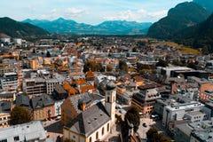Schönes Gebirgsdorf in den Alpen Stockbilder