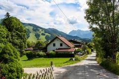 Schönes Gebirgsdorf in den Alpen Lizenzfreie Stockfotografie