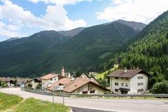 Schönes Gebirgsdorf in den Alpen Stockfoto