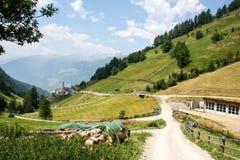Schönes Gebirgsdorf in den Alpen Lizenzfreie Stockbilder