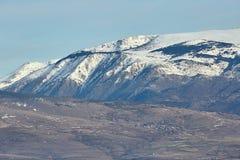 Schönes Gebirgsschattenbild von Spanien im Winter, nahe der kleinen Dorf Alpe stockfoto