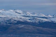 Schönes Gebirgsschattenbild von Spanien im Winter, nahe der kleinen Dorf Alpe lizenzfreie stockfotografie
