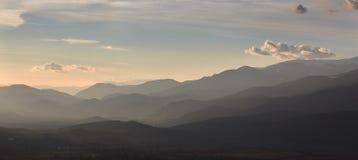 Schönes Gebirgsschattenbild von Spanien, nahe der kleinen Dorf Alpe stockbilder