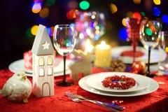 Schönes Gedeck für Feier des Weihnachtsfests oder des neuen Jahres zu Hause Gemütlicher Raum mit einem Kamin und Weihnachtsbaum i lizenzfreies stockfoto