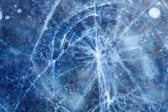 Schönes gefrorenes blaues Eis mit Sprüngen Stockbild