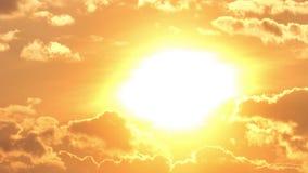 Schönes gelbes cloudscape mit großer Sonne stock video