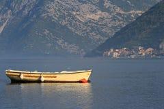 Schönes gelbes Fischerboot morgens Stockbild
