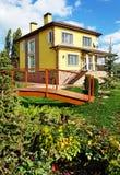 Schönes gelbes Haus im Garten Lizenzfreie Stockbilder