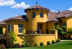 Schönes gelbes Landhaus stockbild