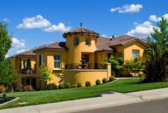 Schönes gelbes Landhaus lizenzfreie stockbilder
