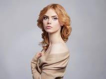 Schönes gelocktes Haar der jungen Frau Lizenzfreie Stockfotos