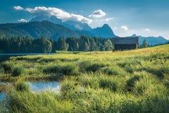 Schönes Geroldsee im Bayern mit seinem Bergblick Stockfotos