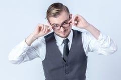 Schönes Geschäft mit Gläsern bemannen das Denken an etwas Lizenzfreie Stockfotos