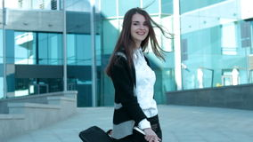 Schönes Geschäftsfrautanzen in der Straße und im Lächeln stock video footage