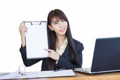 Schönes Geschäftsmädchen, das außerhalb des Bürogeschenkes weg von ihrem p arbeitet stockbild
