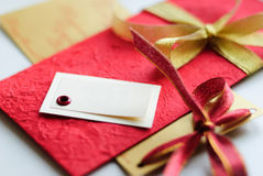 Schönes Geschenk mit freiem Raum im Rot und in der Goldfarbe Lizenzfreies Stockbild