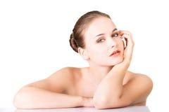 Schönes Gesicht der Badekurortfrau mit gesunder sauberer Haut. Lizenzfreies Stockfoto