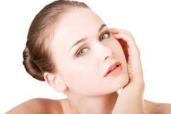 Schönes Gesicht der Badekurortfrau mit gesunder sauberer Haut. Stockfotos