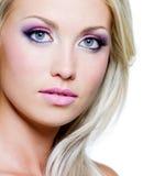 Schönes Gesicht der blonden Frau mit Art und Weiseverfassung Stockfoto