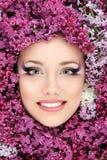 Schönes Gesicht der Frau mit Blumenflieder lizenzfreie stockfotos