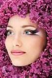 Schönes Gesicht der Frau mit Blumenflieder stockfotografie