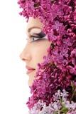 Schönes Gesicht der Frau mit Blumenflieder Stockfotos
