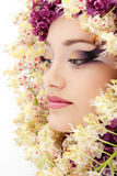 Schönes Gesicht der Frau mit Blumenflieder Lizenzfreies Stockbild
