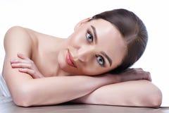Schönes Gesicht der jungen erwachsenen Frau mit der sauberen frischen Haut - lokalisiert auf Weiß stockfotos