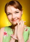 Schönes Gesicht der jungen Frau. Abschluss oben. Stockfotografie