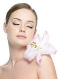 Schönes Gesicht der jungen Frau mit Blume Lizenzfreies Stockfoto