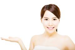 schönes Gesicht der jungen Frau mit dem Zeigen von Geste Lizenzfreie Stockfotografie