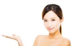 schönes Gesicht der jungen Frau mit dem Zeigen von Geste Stockfotos