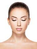 Schönes Gesicht der jungen Frau mit geschlossenen Augen Stockbilder