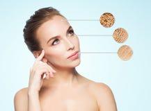 Schönes Gesicht der jungen Frau mit Probe der trockenen Haut stockbild