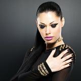 Schönes Gesicht der Modefrau mit schwarzen Nägeln und helle machen Lizenzfreies Stockbild