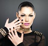 Schönes Gesicht der Modefrau mit schwarzen Nägeln und helle machen Lizenzfreies Stockfoto