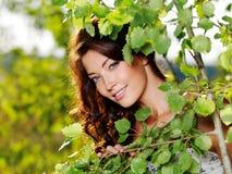Schönes Gesicht der reizvollen Frau auf der Natur stockbilder