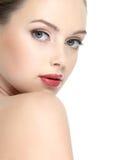 Schönes Gesicht des Mädchens mit rotem Lippenstift Stockbilder