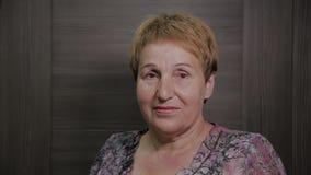 Schönes Gesicht einer älteren Frau nach Cosmetology stock video footage