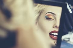 Schönes Gesicht im Spiegel Stockfoto
