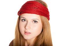 Schönes Gesicht mit Sommersprossen und rotem Seil Stockbild