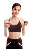 Schönes gesundes asiatisches Mädchen mit Tomatensaft und Apfel Stockfotos