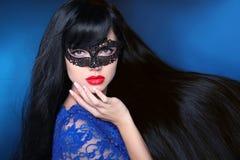 Schönes gesundes Haar Schönheitsfrau in der Maske mit luxuriösem langem Stockfotos