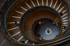 Schönes gewundenes Treppenhaus stockbilder