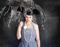 Schönes gil mit Regenschirm in einem deprimierten Zustand stockfoto