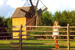 Schönes gir nahe Mühle Lizenzfreie Stockfotografie