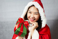 Schönes glückliches asiatisches Mädchen in Santa Claus-Kleidung Lizenzfreie Stockbilder