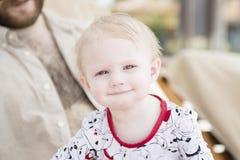 Schönes glückliches ausdrucksvolles blondes Mädchen-Kleinkind auf dem Strand Stockfotos